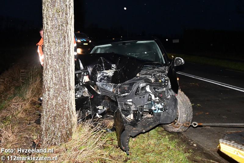Auto botst frontaal tegen boom in Poortvliet