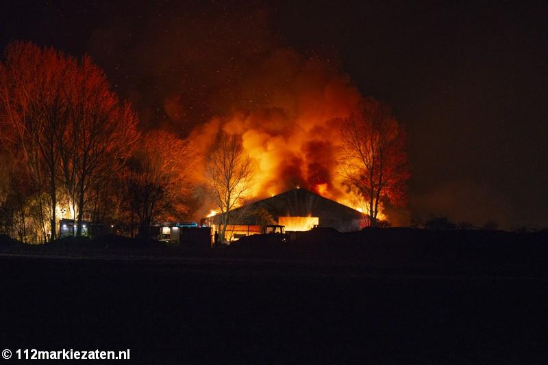 Grote uitslaande brand verwoest loods in Poortvliet