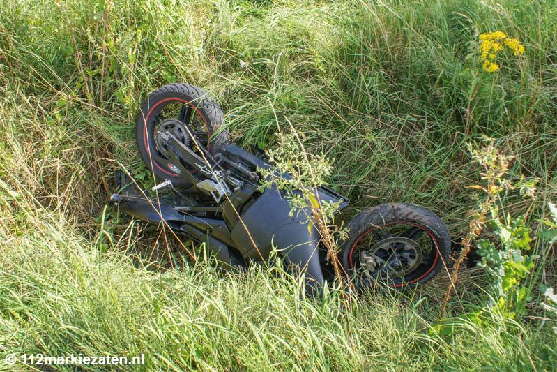 Brommer in de sloot na ongeval bij Moerstraten, twee gewonden