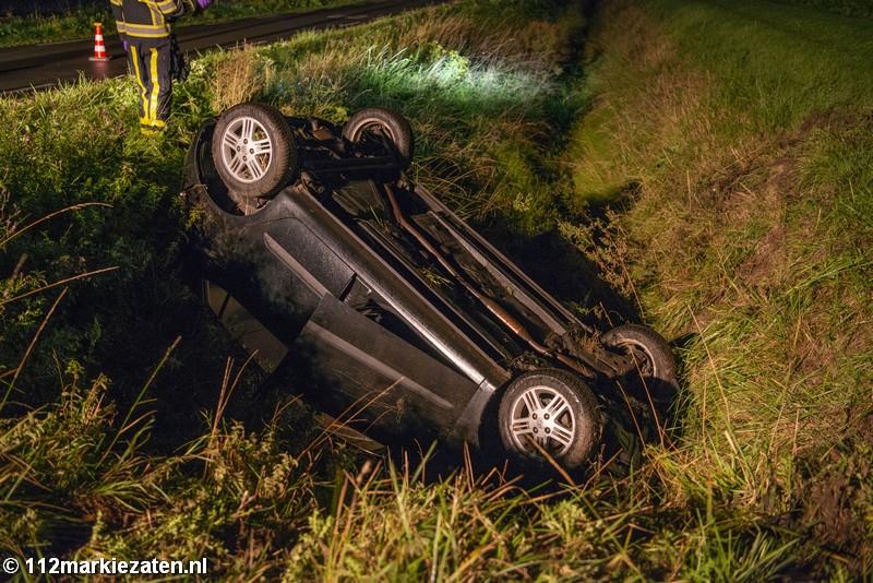 Auto ondersteboven in de sloot bij Sint-Maartensdijk, bestuurder spoorloos