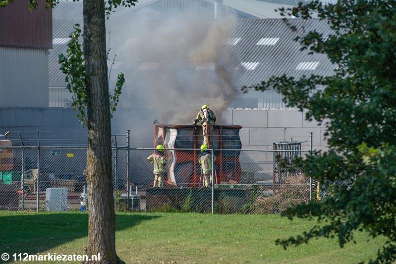 Enorme rookontwikkeling bij containerbrand Sint-Maartensdijk