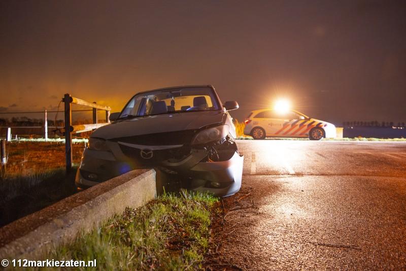 Auto belandt tegen brugleuning na ongeval Steenbergen