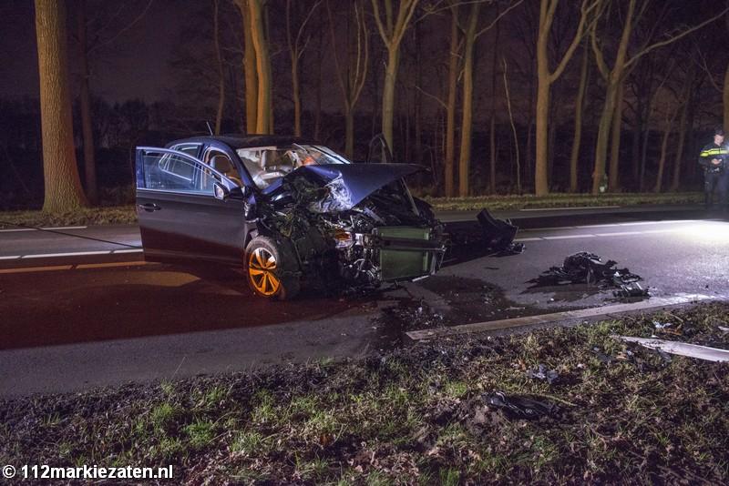 Auto tegen boom bij ongeval Halsterseweg