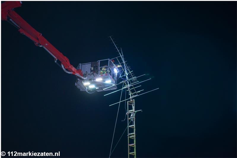 Hulpdiensten urenlang bezig met man die zendmast wil demonteren in Steenbergen