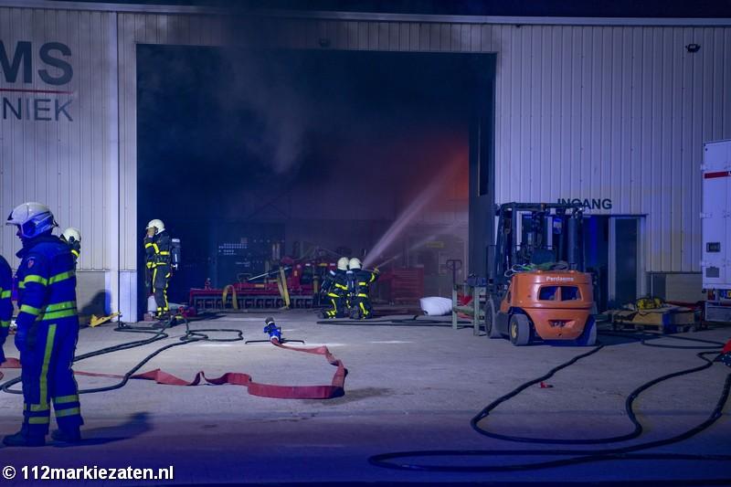 Uitslaande brand in loods Steenbergen, brandweer schaalt op naar grote brand
