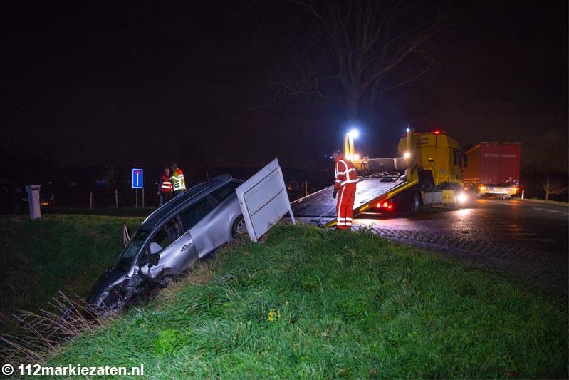Auto van de dijk na aanrijding met vrachtwagen bij Tholen