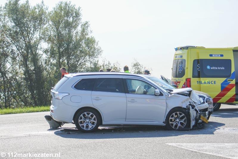Ongeval tussen twee auto's op Oesterdam bij Tholen, drie gewonden