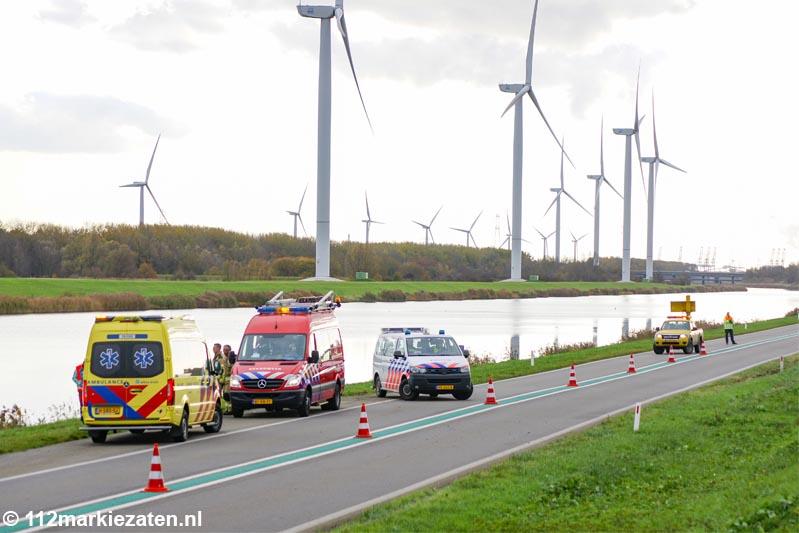 Auto te water op de Oesterdam tussen Tholen en Rilland