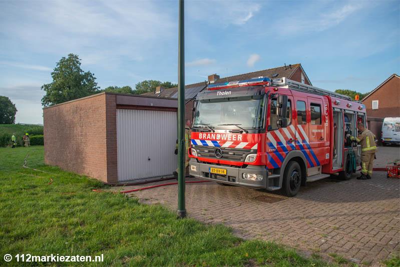 Brandweer blust brand in schuurtje Tholen