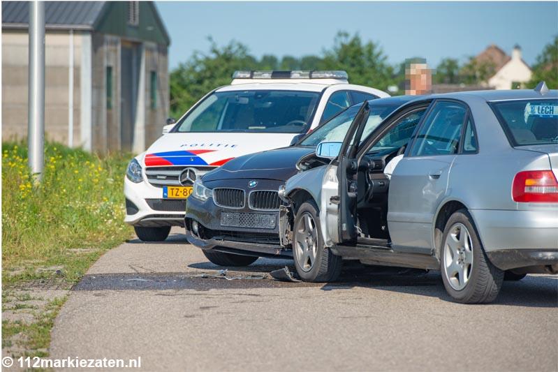 Twee voertuigen botsen op de Noordlangeweg bij Dinteloord