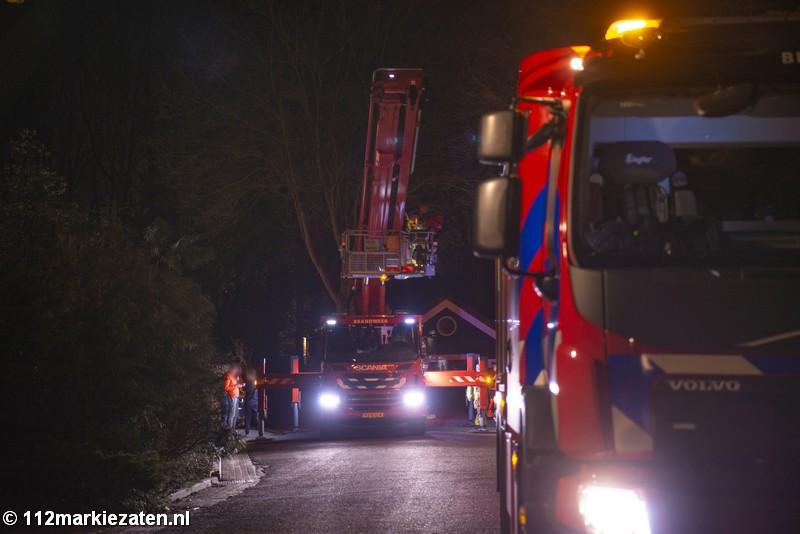 Brandweer schaalt schoorsteenbrand bij woning in Halsteren op naar middelbrand