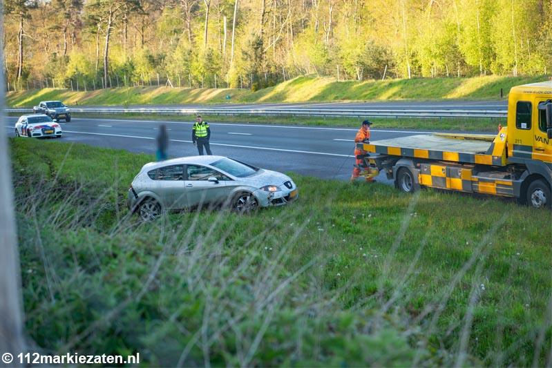 Auto in de sloot langs de A4 bij Halsteren