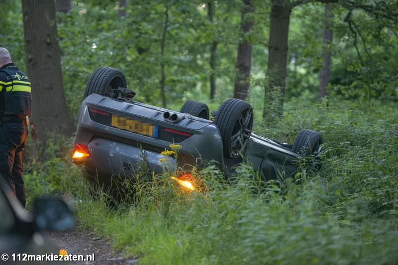Auto ondersteboven in de sloot na ongeval bij Halsteren