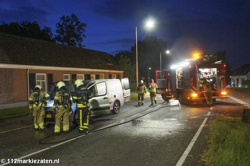 Brandweer heeft brand in motorcompartiment van bestelbus snel geblust