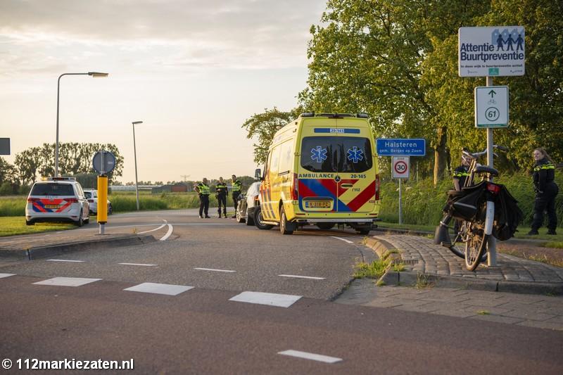 Fietser naar het ziekenhuis na botsing met auto op rotonde bij Halsteren