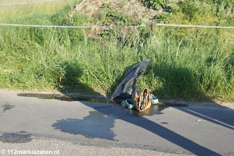 Oudere vrouw met auto in de sloot bij Heijningen