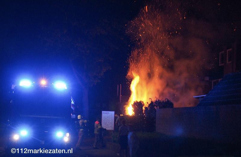 Brandweer voorkomt dat brand in coniferenhaag overslaat op schuurtjes