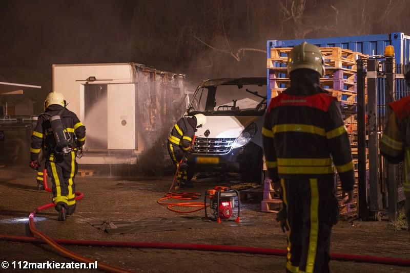 Twee bestelbussen uitgebrand in Ossendrecht, veel rookontwikkeling