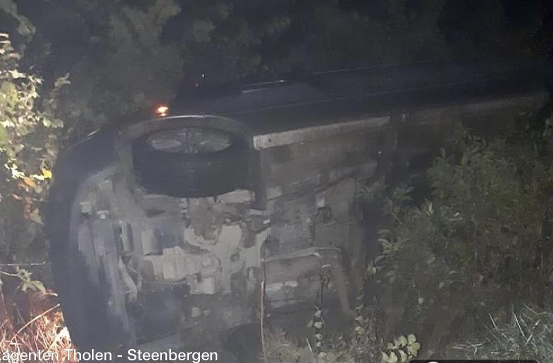 Modder op de weg bij Poortvliet, auto eindigt onderaan talud