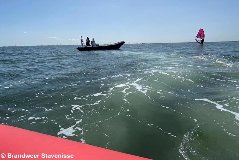 Thoolse hulpdiensten assisteren bij zoekactie naar vermiste windsurfer op de Oosterschelde