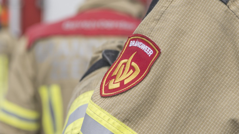 Politie haalt omwonenden uit hun woning na brand aan de Amethistdijk