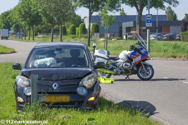 Twee auto's botsen op industrieterrein in Tholen