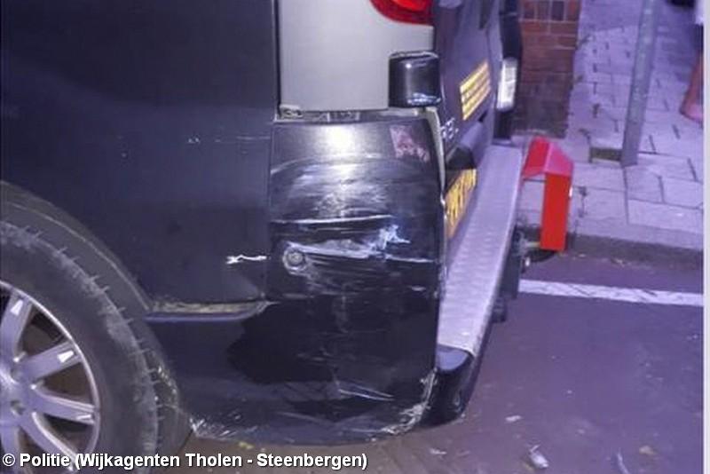 Geparkeerd bestelbus beschadigd na aanrijding, bestuurder rijdt door